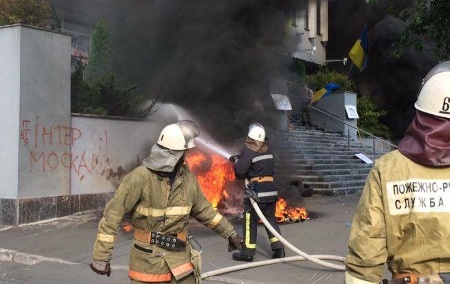 """У Києві невідомі підпалили шини під офісом """"Інтера"""""""