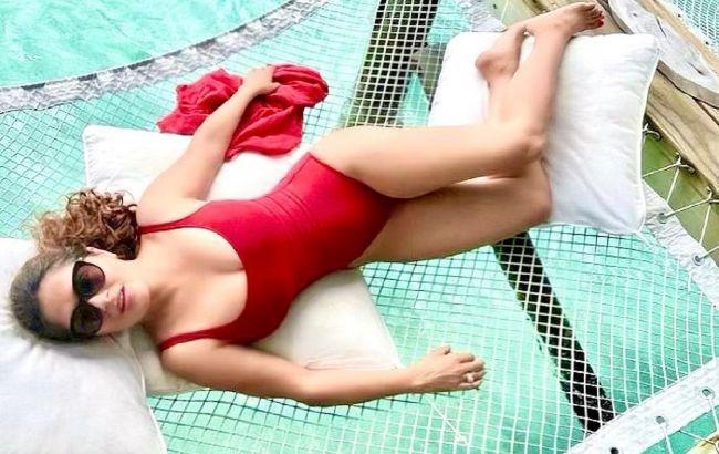 Напівгола у воді: 54-річна Сальма Хайєк у відвертому купальнику демонструє ідеальну фігуру