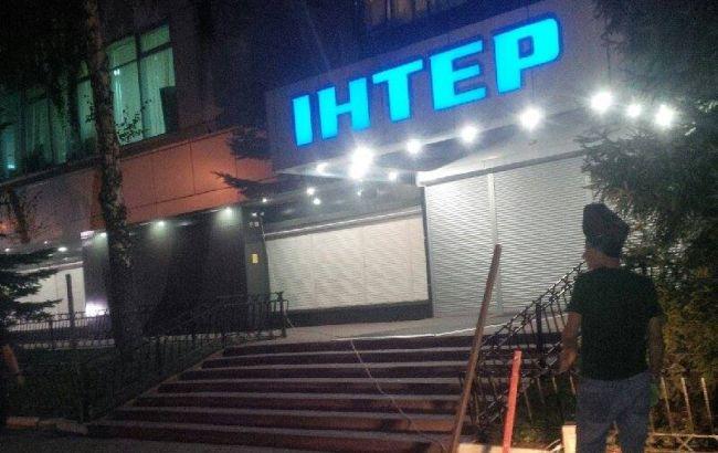 """Фото: невідомі напали на офіс """"Інтера"""""""