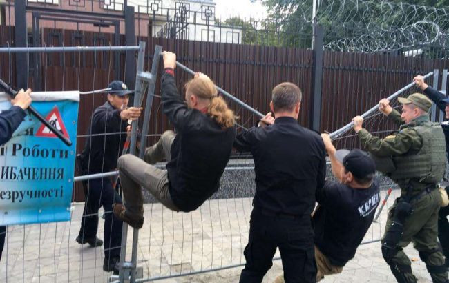 Фото: сутички під російським посольством у Києві