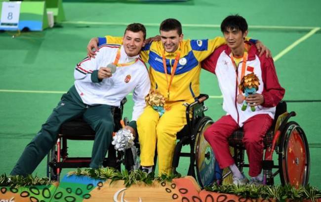 Фото: Украинский паралимпиец Андрей Демчук (посредине) (facebook.com/M.Danevich)
