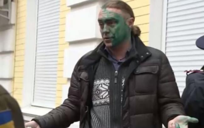 Фото: Экс-нардепа Игоря Мирошниченко облили зеленкой у стен Печерского суда