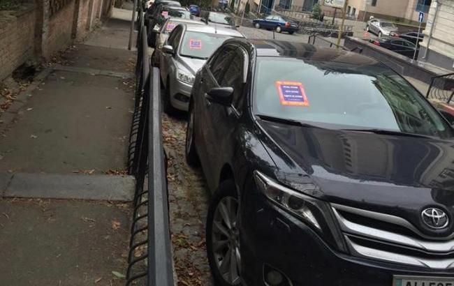 """Фото: """"Позначені"""" активістами машини (facebook.com)"""