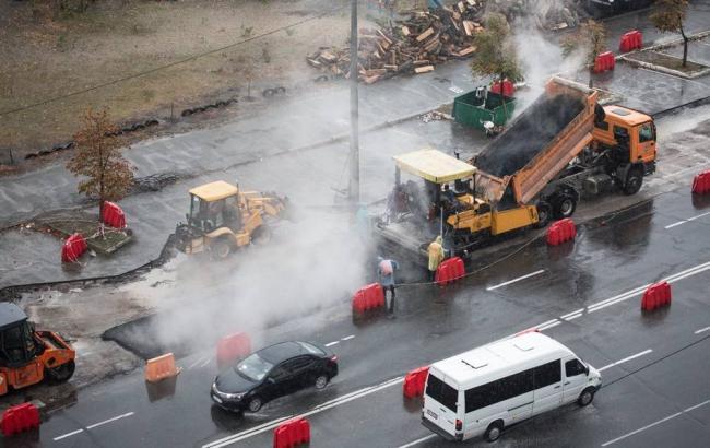 Фото: У Києві дощ кладуть асфальт (facebook.com/nashkiev)