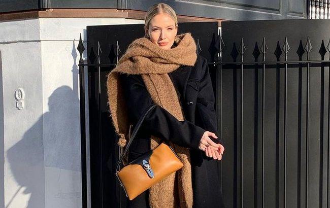 Яркие цвета, огромный размер: стилист показала, как носить шарф этой осенью