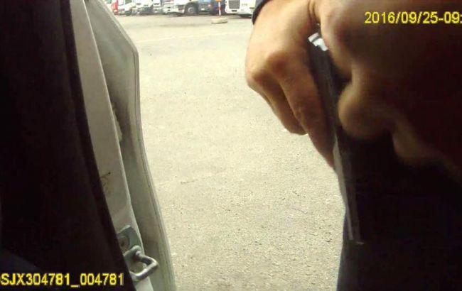 Фото: пістолет у руці Пугачова перед фатальними пострілами