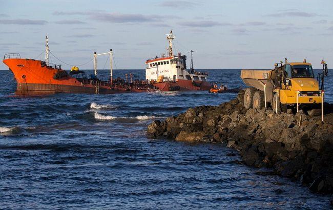 На Сахалине загорелся севший на мель танкер