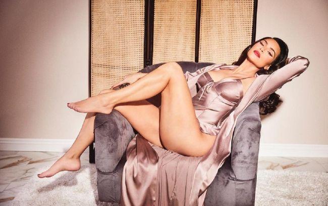 Бурлеск-діва: помітно більш струнка Кім Кардашьян в шовковому боді захоплює фігурою