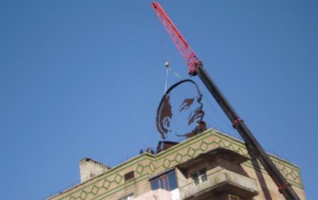 Фото: в Первомайском демонтировали гигантский профиль Ленина