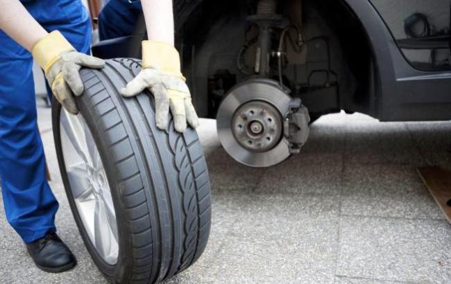 Фото: Украинцем посоветовали сменить на авто резину (vnews.agency)