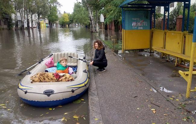 Фото: Одесситы на лодке (7kanal.com.ua)