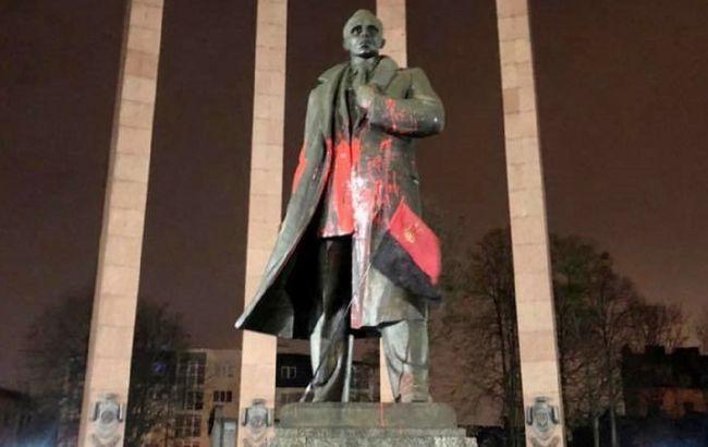 Во Львове осквернили памятник Бандере. Открыли дело