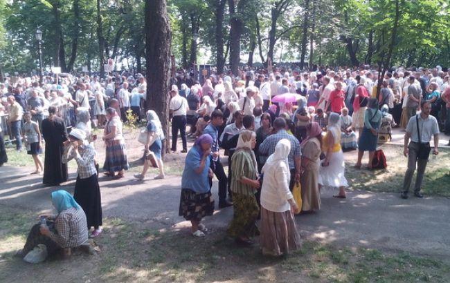 Фото: на Владимирской горке уже около 5 тыс. верующих