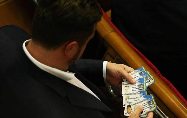 Фото: Антон Яценко с стопкой карточек для голосования (chesno.org)