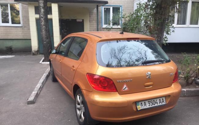 Фото: Женщина припарковалась прямо возле подъезда жилого дома (facebook.com/anna.babynetz)