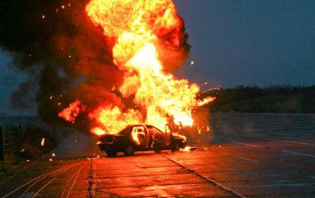 Фото: Машина загорелась от брошенной гарнаты (gx.net.ua)