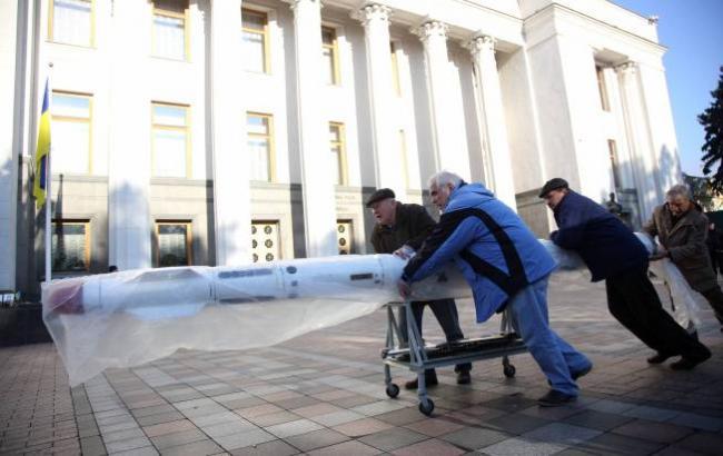 Фото: Ракета у стен ВР (Виталий Носач, РБК-Украина)