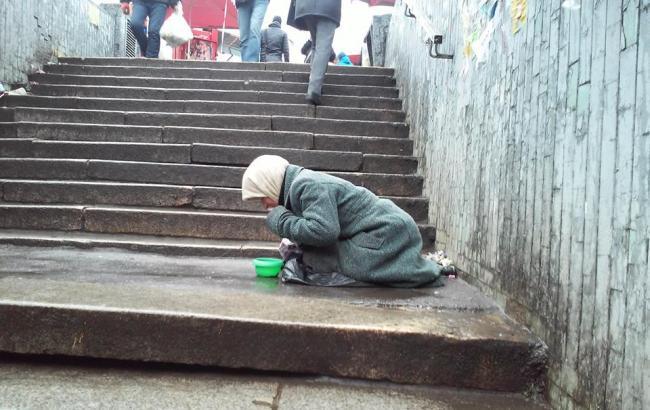 """Фото: Старушка возле метро """"Черниговская"""" (facebook.com)"""