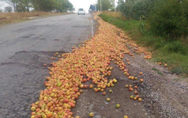 Фото: Вантажівка з яблуками (kerch.fm)