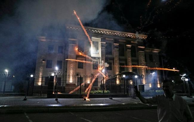 Фото: у посольства РФ запускали фейерверки