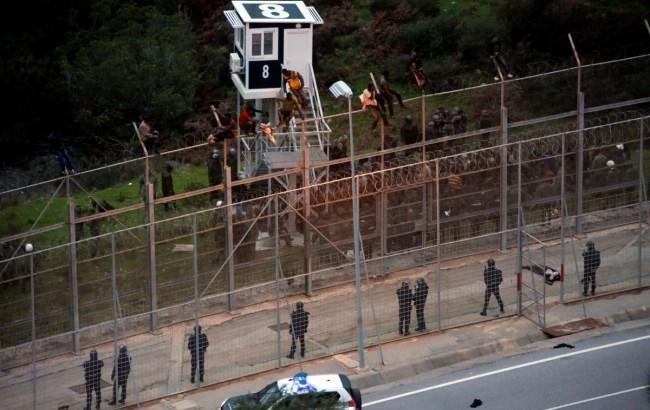 Сотни мигрантов прорвались изМарокко вИспанию