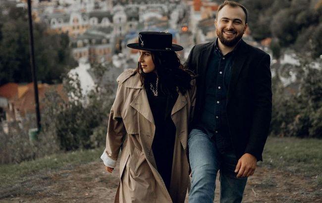Дуріти і плакати разом: Джамала захопила стильним луком на прогулянці з чоловіком і зізналася, що для неї є любов