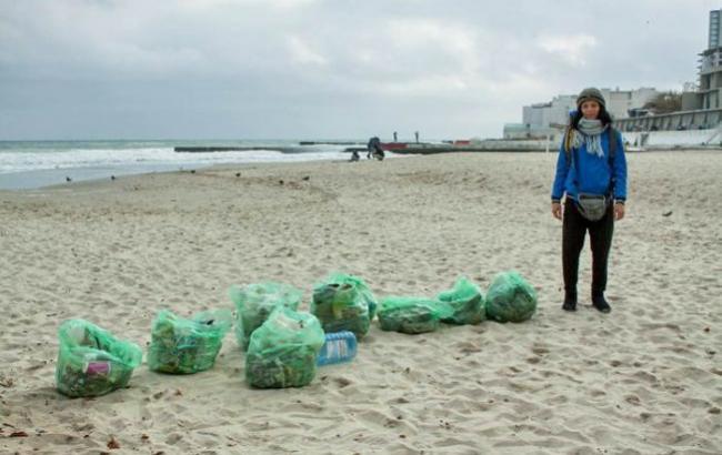 Фото: Одессит и львовянка убрали мусор с пляжа (culturemeter.od.ua)