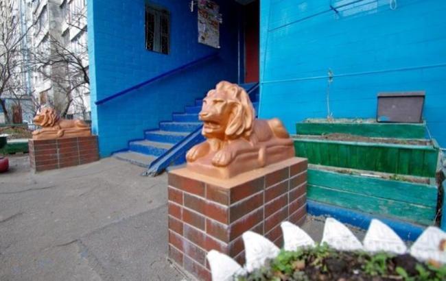 Фото: Золоті леви біля під'їзду (facebook.com/kievtypical)