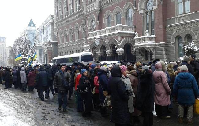 Фото: митинги в Киеве сегодня проходят под зданием НБУ