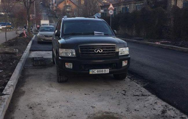 Фото: Припаркований автомобіль, парирував м'яч укладанні дороги (segodnya.ua)