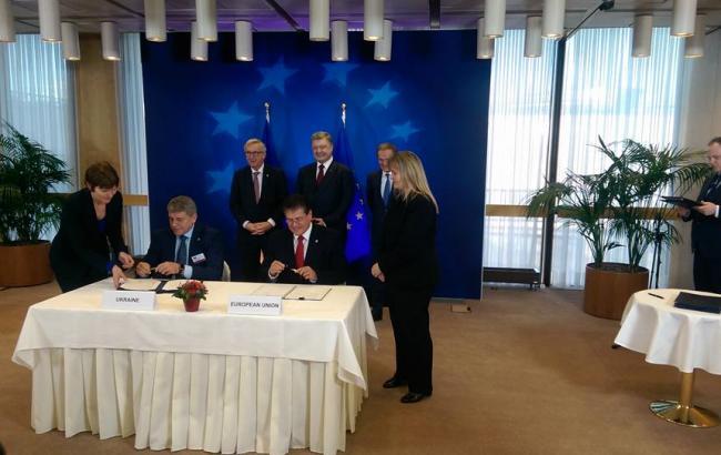 Фото: на саміті в Брюсселі Україні підписала ряд угод з ЄС