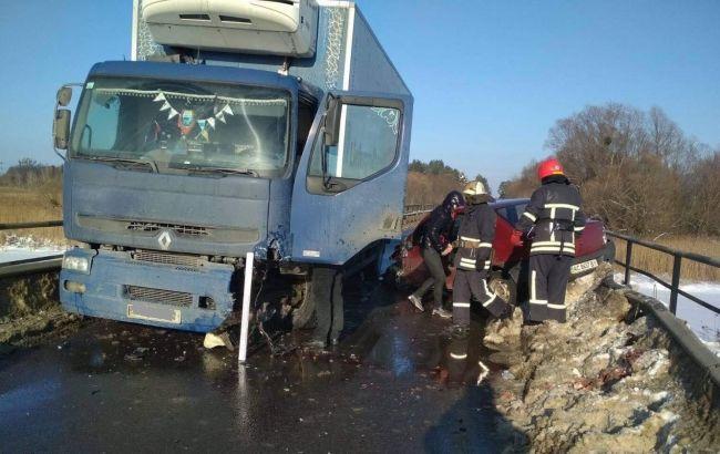 У Львівській області сталась ДТП з вантажівкою, постраждали троє людей