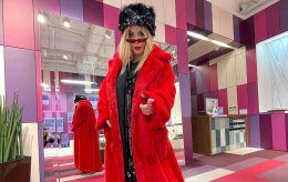 Страшно модно: Ірина Білик шокувала фоловерів новим луком в черевиках-тракторах і червоній шубі