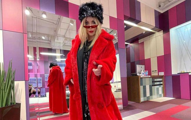 Страшно модно: Ирина Билык шокировала фолловеров новым луком в ботинках-тракторах и красной шубе
