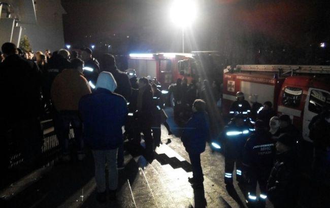 Фото: люди на месте пожара во Львове