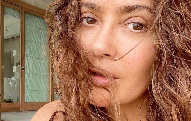 Знайшла джерело молодості: 54-річна Сальма Хайєк у купальнику підкорила розкішним тілом