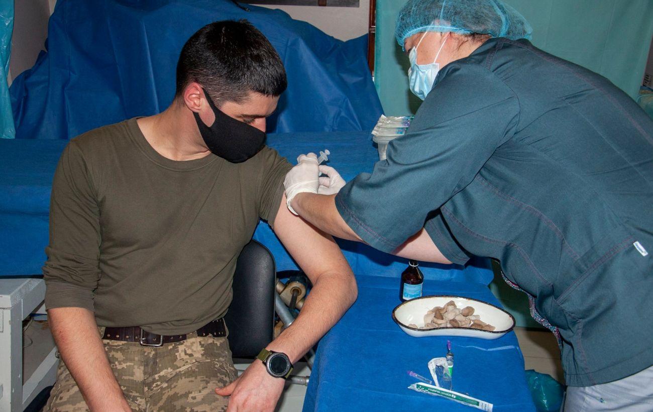 На Донбассе началась COVID-вакцинация военнослужащих