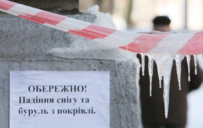 Брили льоду падають на людей і авто: українцям пояснили, чи можна домогтися компенсації