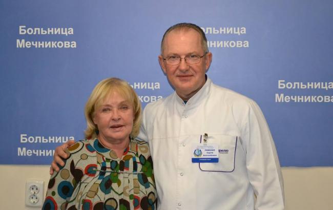Ада Роговцева в больнице благословила раненого бойца