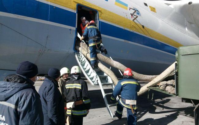 """Учения на """"Мрии"""". Спасатели провели """"эвакуацию"""" на самом большом в мире самолете"""