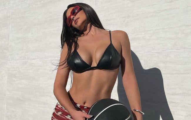 Полуголая у бассейна: Кайли Дженнер в модном бикини поделилась рецептом счастья