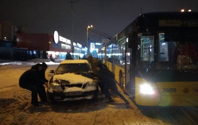 Фото: Люди відсунули машину з дороги (facebook.com)