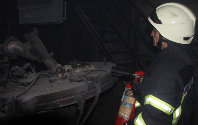 Фото: тушение пожара на заводе в Киеве