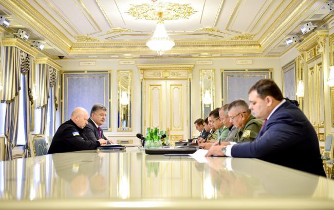 Фото: Порошенко провел совещание с главами силовых ведомств и МИД