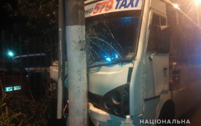 В Одесі маршрутка врізалась в електроопору, постраждало 9 осіб