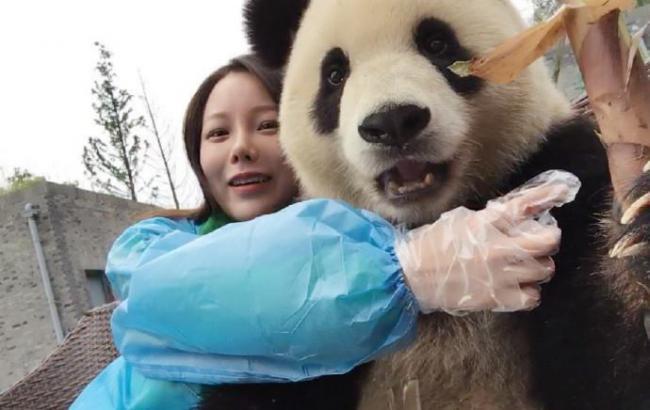 Китайська панда умилила соцети своєю любов'ю до селфи