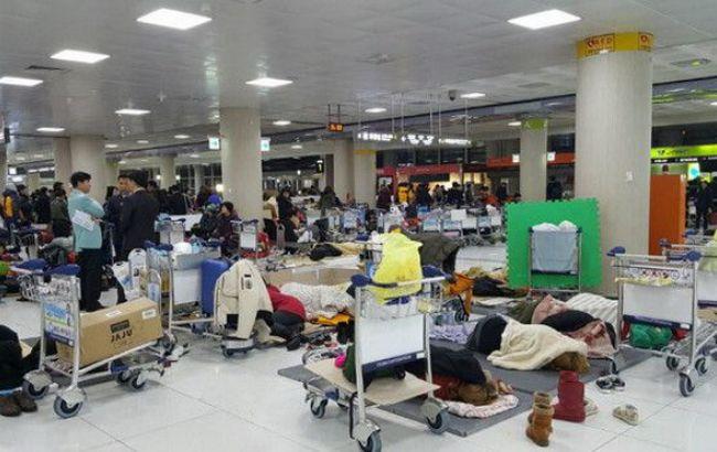 Фото: тысячи людей застряли в аэропорту южнокорейского Чеджу