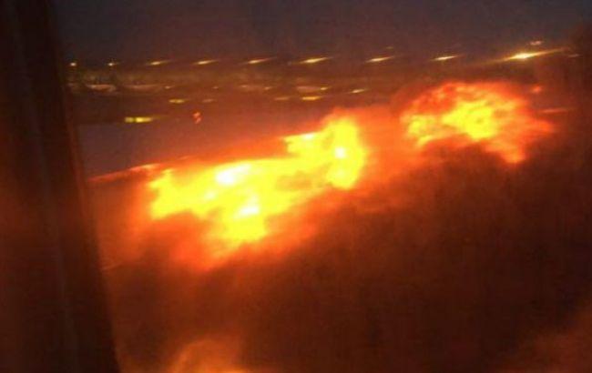 Фото: вогонь під час посадки літака