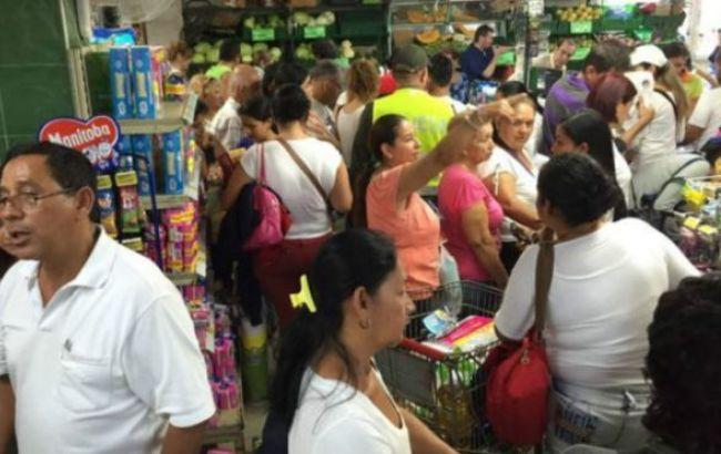 Фото: венесуельці скуповують продовольство в Колумбії