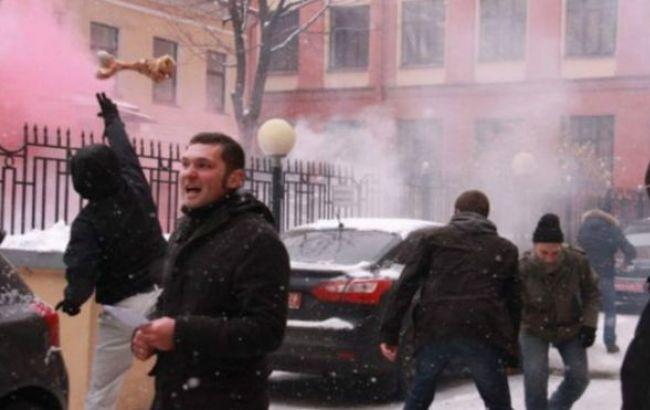 Фото: радикали під консульством України в Петербурзі